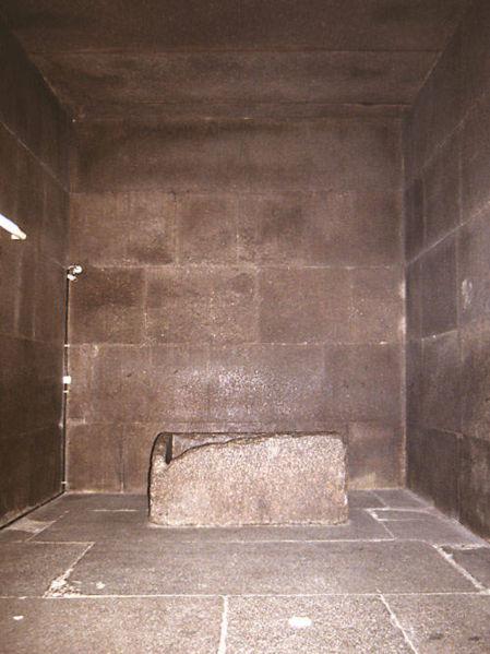 449px-chambre-roi-grande-pyramide.jpg
