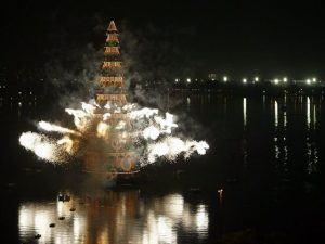 Árbol flotante de Navidad (Agencia EFE)